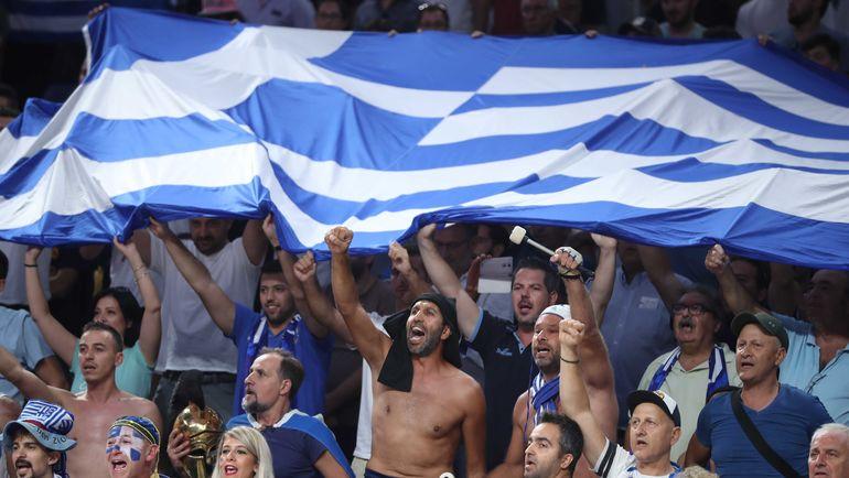 Болельщики сборной Греции на четвертьфинале с Россией. Фото REUTERS