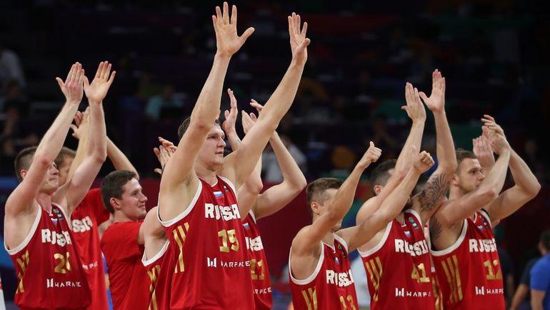 Игроки сборной России празднуют победу и выход в полуфинал Евробаскета. Фото REUTERS
