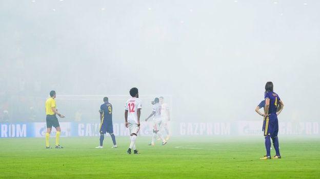 Дениз АЙТЕКИН остановил игру после того, как к нему в центральный круг прилетел один из файеров с гостевой трибуны. Фото AFP