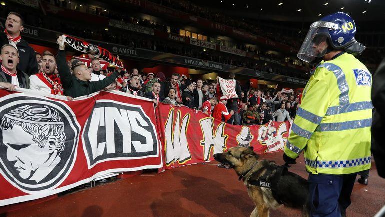 """Сегодня. Лондон. """"Арсенал"""" - """"Кельн"""". Немецкие болельщики, едва не сорвавшие матч, на трибунах """"Эмирейтс"""". Фото AFP"""