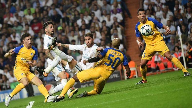 """Среда. Мадрид. """"Реал"""" - АПОЭЛ - 3:0. 61-я минута. СЕРХИО РАМОС (в центре) поражает ворота ударом через себя. Фото REUTERS"""