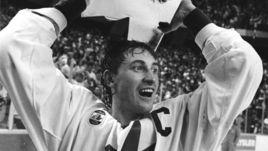 15 сентября 1987 года. Гамильтон. Канада - СССР - 6:5. Уэйн ГРЕТЦКИ с трофеем за победу в Кубке Канады.