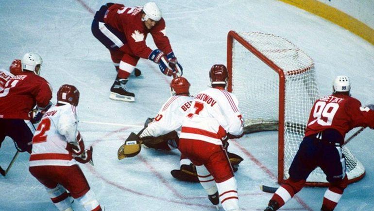13 сентября 1987 года. Гамильтон. Канада - СССР - 6:5 2ОТ. Марио ЛЕМЬЕ (на дальней штанге) приносит победу канадцам. Фото youtube.com