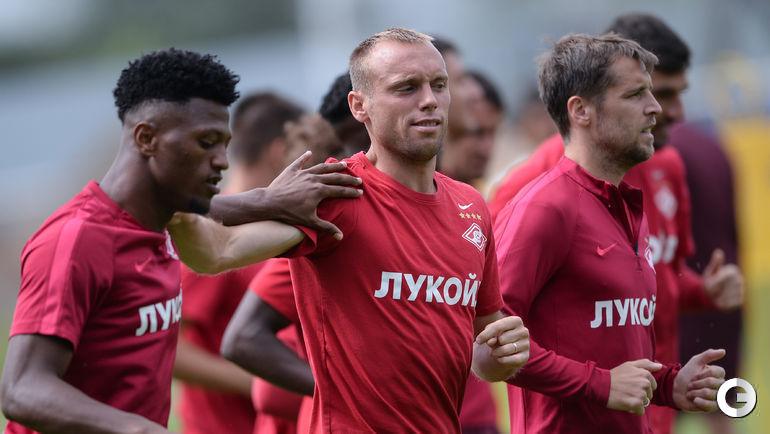 ЗЕ ЛУИШ, Денис ГЛУШАКОВ и Дмитрий КОМБАРОВ (слева направо). Форвард и полузащитник не помогут команде в Санкт-Петербурге.