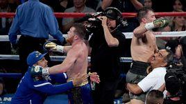 Сегодня. Лас-Вегас. Сауль АЛЬВАРЕС (слева) против Геннадия ГОЛОВКИНА - зафиксирована ничья решением судей.