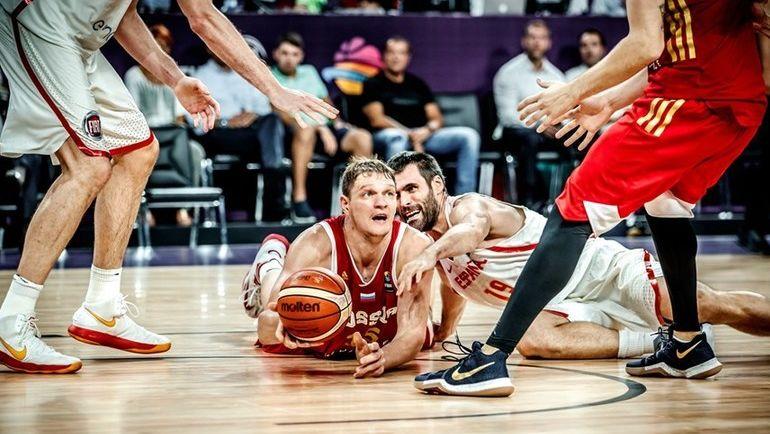Вчера. Стамбул. Испания - Россия - 93:85. В борьбе за мяч центровой нашей сборной Тимофей МОЗГОВ (слева). Фото FIBA