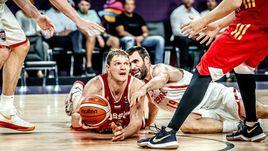 Вчера. Стамбул. Испания - Россия - 93:85. В борьбе за мяч центровой нашей сборной Тимофей МОЗГОВ (слева).