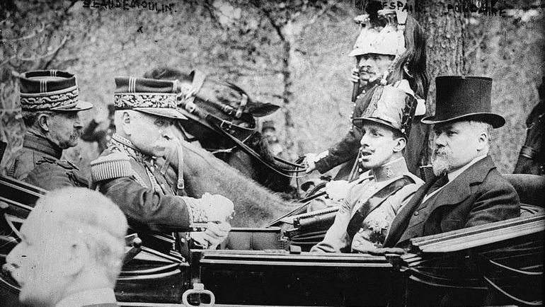 Король Альфонсо XIII - второй справа.