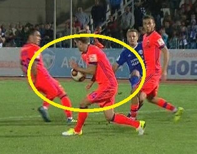 Кирилл НАБАБКИН парирует мяч рукой.