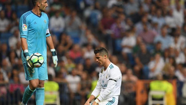 """Вчера. Мадрид. """"Реал"""" - """"Бетис"""" - 0:1. КРИШТИАНУ РОНАЛДУ у ворот Антонио АДАНА. Фото AFP"""