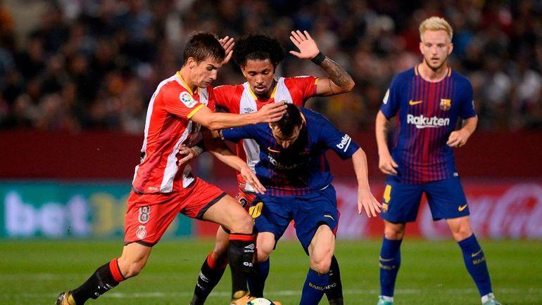 """Вчера. Жирона. """"Жирона"""" - """"Барселона"""" - 0:3. Лионель МЕССИ в окружении соперников. Фото AFP"""