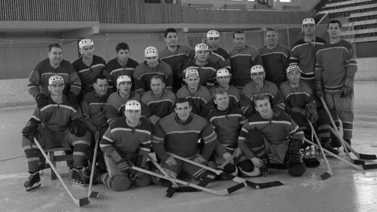 1964 год. ЦСКА Анатолия ТАРАСОВА (в верхнем ряду слева). Виктор ТОЛМАЧЕВ - в нижнем ряду второй слева. Фото Олег НЕЕЛОВ