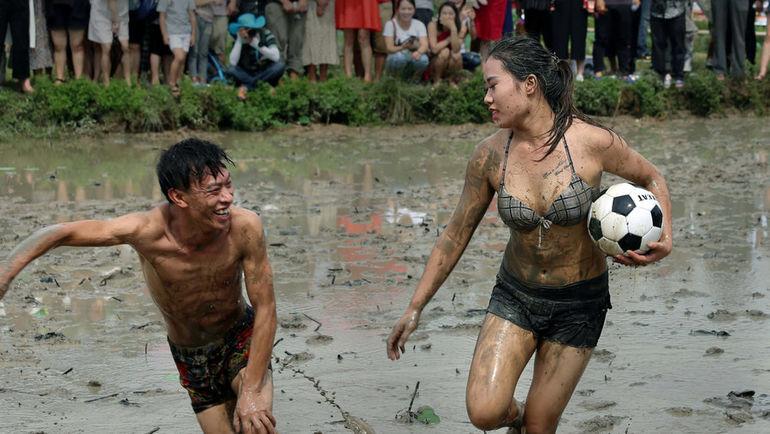24 сентября. Цзиньхуа. Праздник урожая отмечается футбольным матчем в грязи.