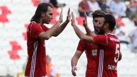 Виталий ДЬЯКОВ (слева) отметился эффектным голом в матче Кубка Турции.