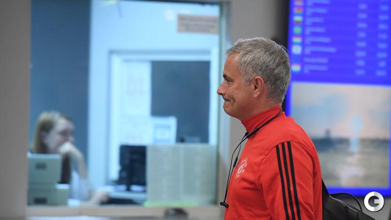 """Понедельник. Шереметьево. Тренер """"Манчестер Юнайтед"""" Жозе МОУРИНЬЮ у обменного пункта валюты."""