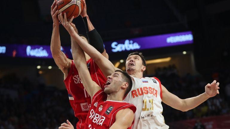 Семен АНТОНОВ (№11) в полуфинальном матче Евробаскета против Сербии. Фото REUTERS