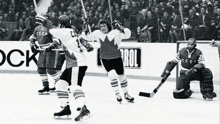 Пол ХЕНДЕРСОН (слева в белом) забрасывает решающую шайбу Суперсерии. Фото hockeygods.com