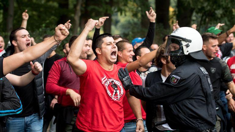 """Вчера. Кельн. """"Кельн"""" - """"Црвена Звезда"""" - 0:1. Фанаты сербской команды вели себя довольно агрессивно. Фото REUTERS"""