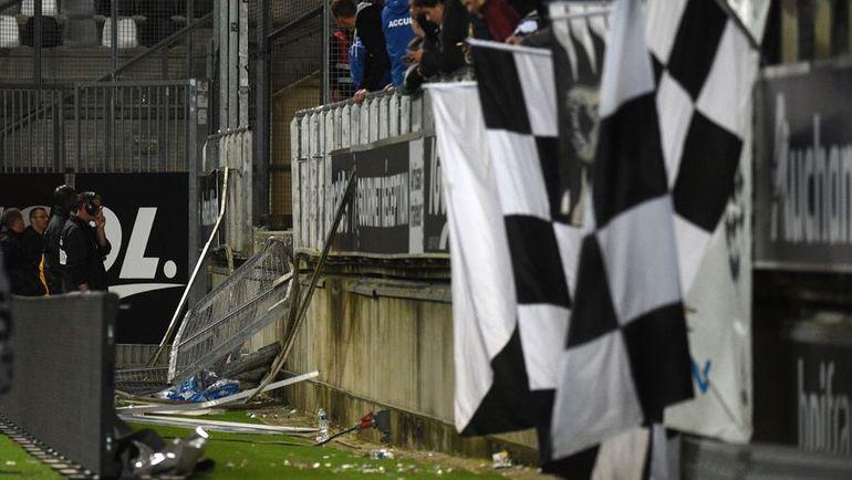 Вчера в Амьене во время матча обвалилось заграждение гостевой трибуны. К счастью, никто из фанатов не пострадал. Фото AFP