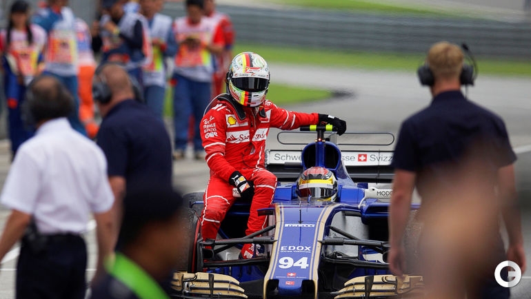 Сегодня. Сепанг. Гран-при Малайзии. Паскаль ВЕРЛЯЙН подвозит Себастьяна ФЕТТЕЛЯ после аварии последнего.