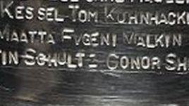 """Чемпионская гравировка """"Питтсбурга"""" на Кубке Стэнли."""