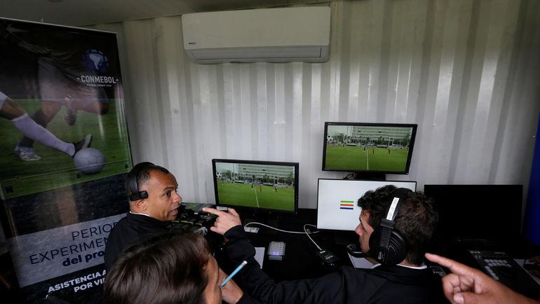Система видеопомощи арбитру. Фото AFP