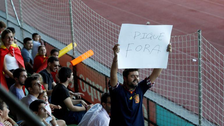 Болельщики сборной Испании освистывают и оскорбляют Жерара Пике во время тренировок команды. Фото REUTERS
