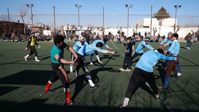 В Сирии продолжают играть в футбол, несмотря на войну. На фото - разминка игроков одной из местных команд, выступающей в региональной лиге. Фото AFP