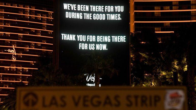 Вечером в воскресенье стрелок-одиночка открыл стрельбу по посетителям кантри-фестиваля в Лас-Вегасе. После этого все местные казино заменили свою рекламу на сообщения благодарности за поддержку. Фото AFP