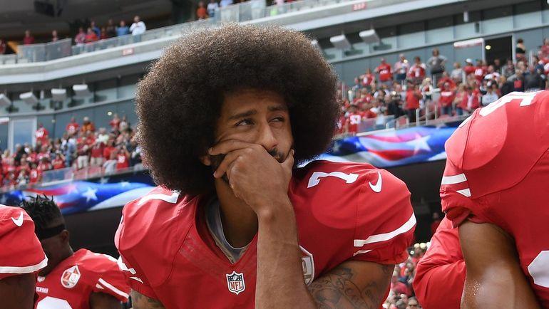 Вот таким образом, сев на одно колено, Колин КАПЕРНИК выражал свой протест против притеснений, которым, на его взгляд, подвергаются афроамериканцы. Фото AFP
