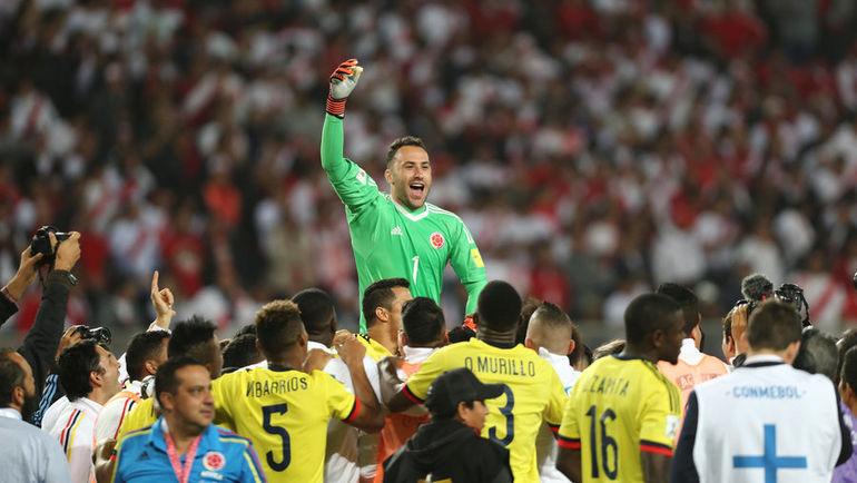 Вратарь колумбийцев Давид ОСПИНА и его партнеры празднуют выход на ЧМ-2018. Фото REUTERS