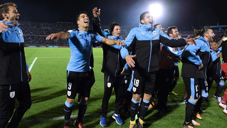 Вторник. Монтевидео. Уругвай - Боливия - 4:2. Уругвайцы празднуют выход на ЧМ-2018. Фото AFP