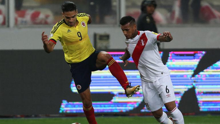 Вторник. Лима. Перу - Колумбия - 1:1. Радамель ФАЛЬКАО (слева) в борьбе с Мигелем ТРАУКО. Фото REUTERS