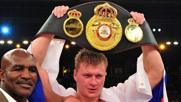 Александр ПОВЕТКИН с титулом чемпиона мира по версии WBA в тяжелом весе. Фото AFP