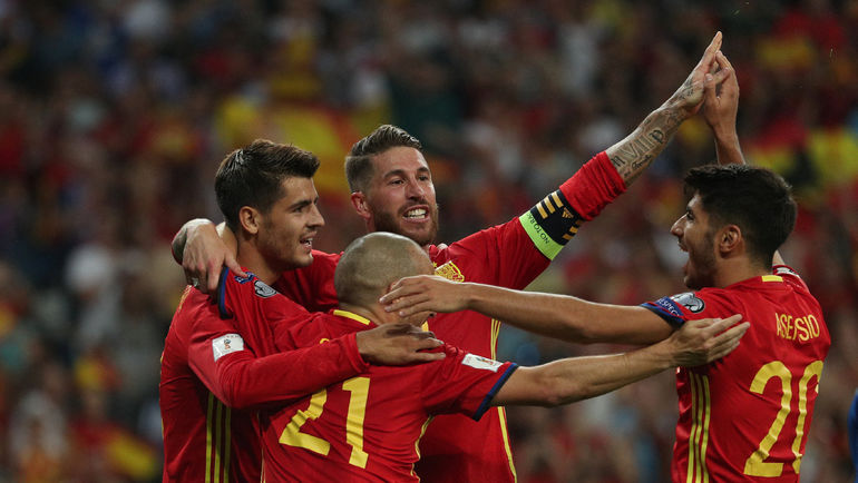 2 сентября. Мадрид. Испания - Италия - 3:0. Игроки сборной Испании празднуют третий гол. Фото REUTERS
