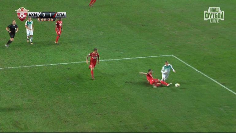 Сердар Таски не дотянулся до мяча и сбил с ног Бернарда Беришу.