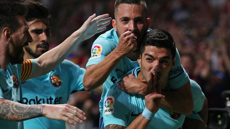 """Вчера. Мадрид. """"Атлетико"""" - """"Барселона"""" - 1:1. 82-я минута. ЛУИС СУАРЕС вместе с партнерами празднует ответный гол. Фото REUTERS"""