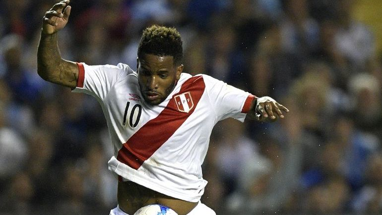 Джефферсон ФАРФАН в матче за сборную Перу. Фото AFP