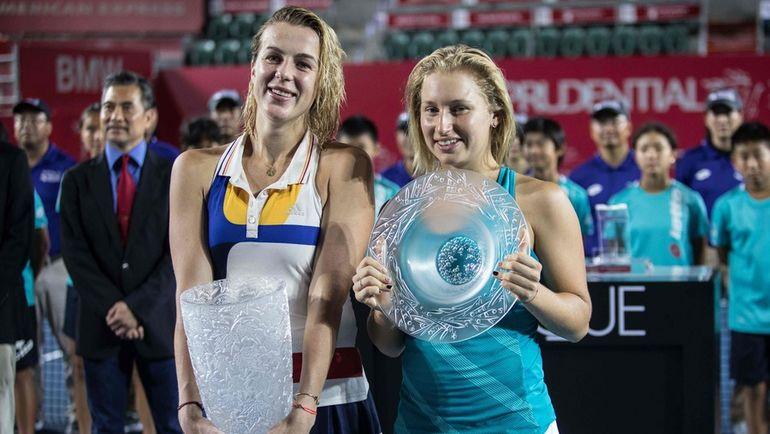 Воскресенье. Гонконг. Анастасия ПАВЛЮЧЕНКОВА (слева) и Дарья ГАВРИЛОВА 5 часов ждали начала своего финала и еще более трех выявляли сильнейшую. Фото AFP