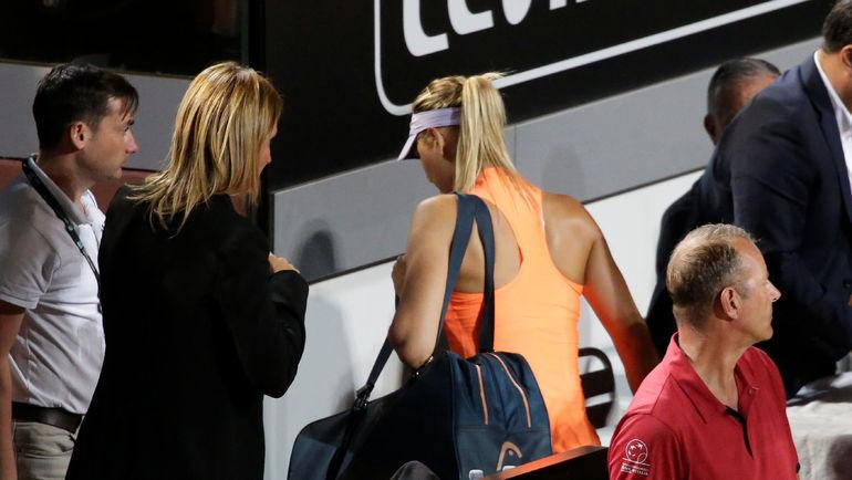 Травмированная Мария ШАРАПОВА покидает стадион в Риме, не доиграв матч с Мирьяной Лучич Барони. Фото REUTERS