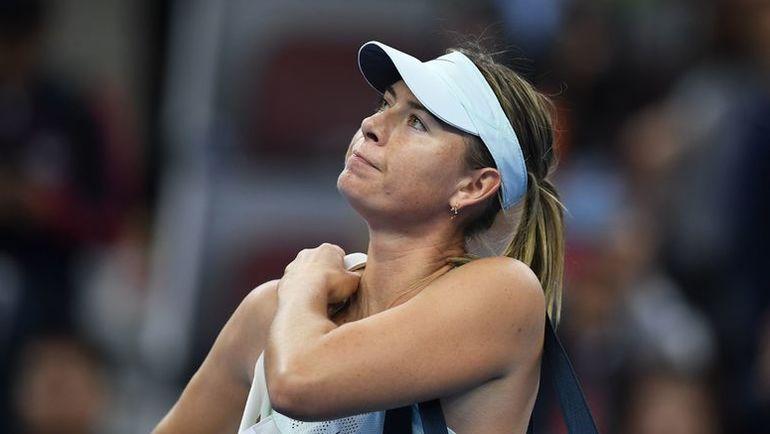 Мария ШАРАПОВА покидает турнир в Пекине после поражения от Симоны ХАЛЕП. Фото AFP
