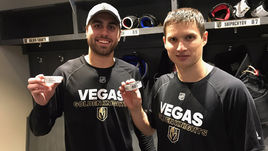 """Вчера. Лас-Вегас. """"Вегас"""" - """"Бостон"""" - 3:1. Нападающий """"Вегаса"""" Вадим ШИПАЧЕВ (справа) и его партнер Алекс ТАК с памятными шайбами, которые стали для игроков первыми, заброшенными в НХЛ."""