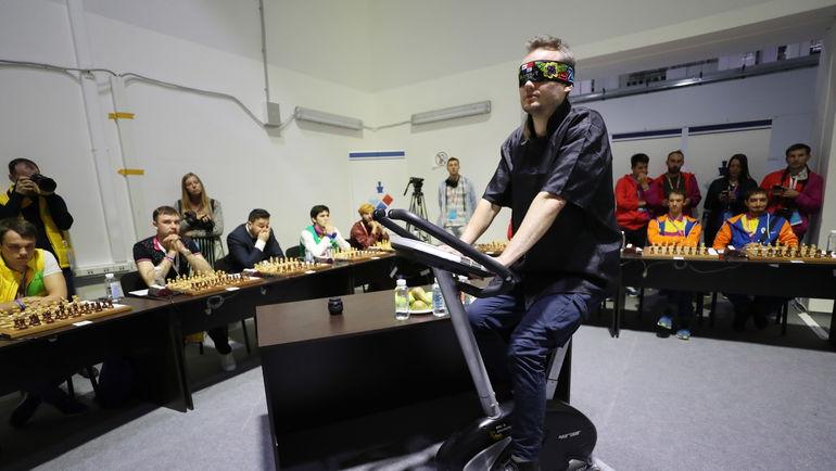 Среда. Сочи. Американский шахматист Тимур ГАРЕЕВ (в центре) во время сеанса одновременной игры. Фото Сергей САВОСТЬЯНОВ, ТАСС
