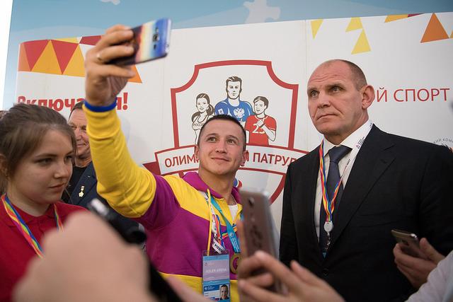 От желающих сделать селфи с трехкратным олимпийским чемпионом  Александром КАРЕЛИНЫМ не было отбоя. Фото ОКР