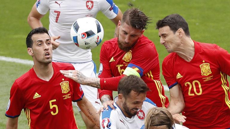 Серхио БУСКЕТС (№5) и Серхио РАМОС - среди недовольных последними перестановками в федерации футбола Испании. Фото REUTERS