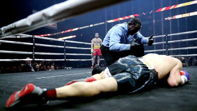 Сегодня. Ньюарк. Кшиштоф ВЛОДАРЧИК лежит после удара по печени от Мурата ГАССИЕВА. Фото AFP