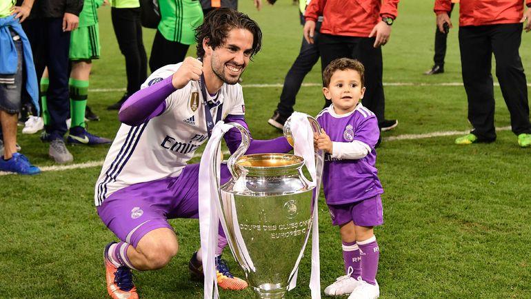 ИСКО (слева) и его сын с кубком чемпионов. Фото AFP