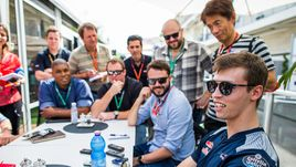 """Найдет ли Даниил КВЯТ (справа) себе место в """"Формуле-1"""" на следующий сезон?"""