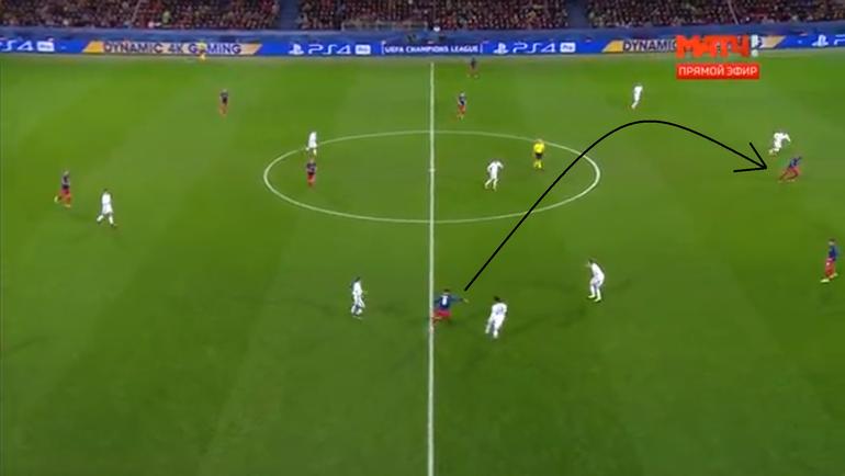 Миланов исполняет длинную передачу на Витинью, бразилец проигрывает борьбу, мяч переходит к сопернику.