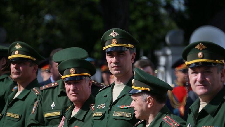 Артем ГРОМОВ (в центре).